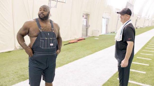 """NFL - La tenue """"texane"""" de Vince Wilfork à l'entraînement"""