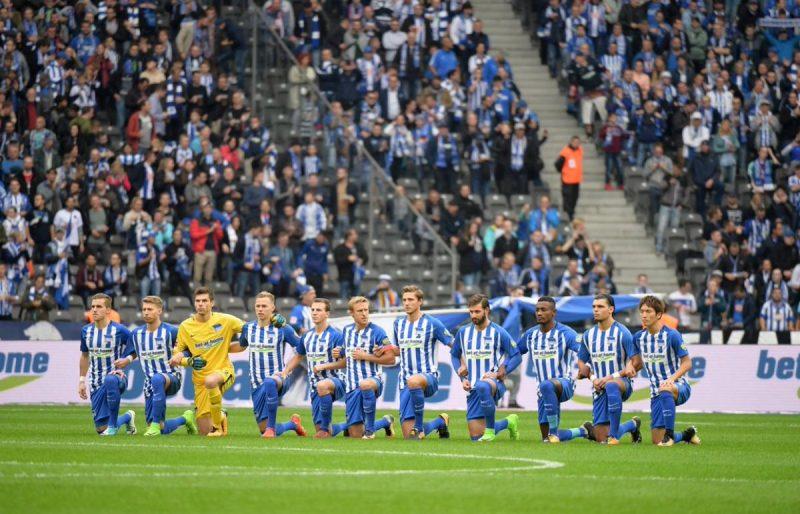 Les joueurs du Hertha Berlin genou à terre